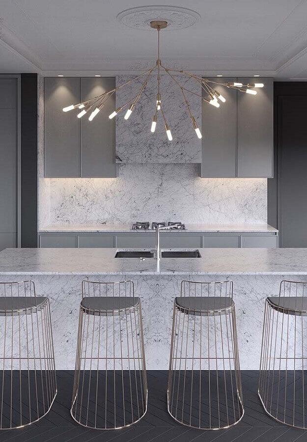 Decoração sofisticada para cozinha com bancada de mármore e banquetas modernas
