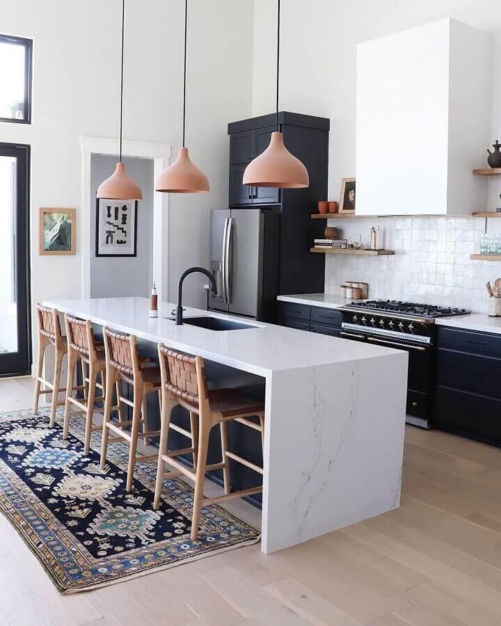 decoração sofisticada para cozinha preta e branca com ilha gourmet com pia e banquetas rústicas Foto Wood Save