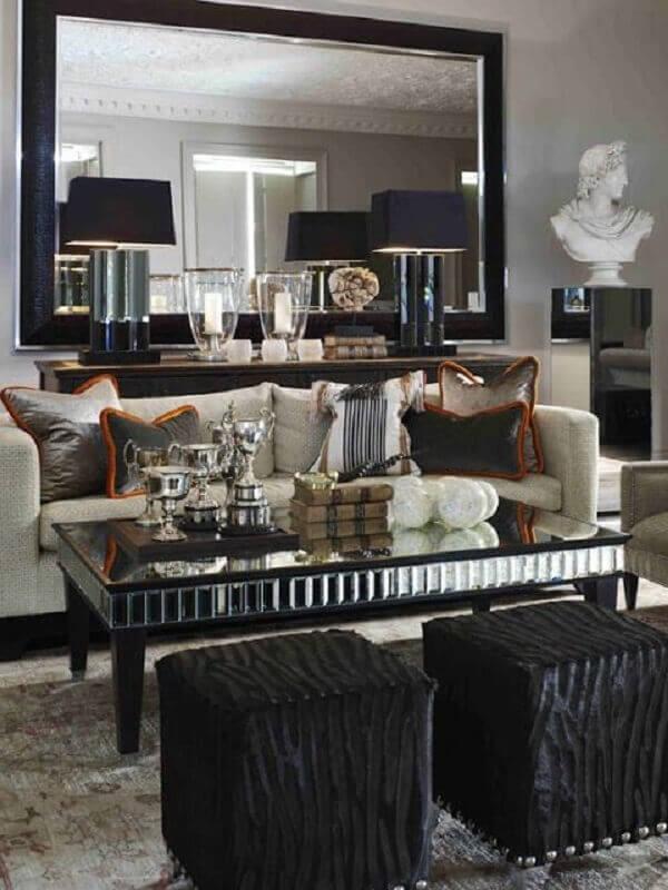 decoração sofisticada para sala de estar com mesa de centro espelhada e puff preto quadrado Foto Etsy