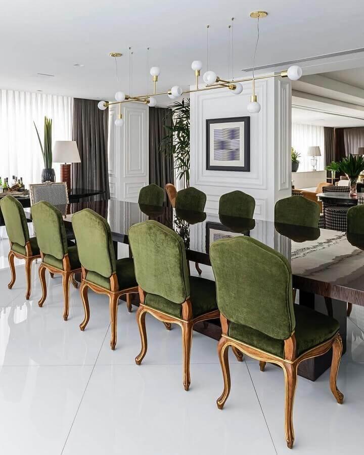 decoração sofisticada para sala de jantar com cadeiras estofadas com tecido verde oliva  Foto Maurício Karam Arquitetura