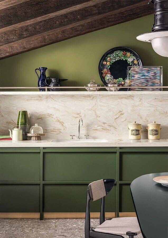 decoração verde oliva para cozinha com teto de madeira Foto Archiexpo