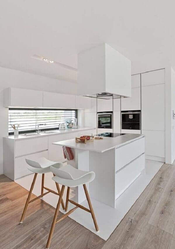 decoraçao de cozinha branca com ilha gourmet pequena com cooktop Foto Decostore