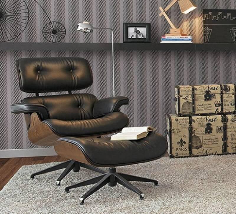 Escritório decorado com poltrona preta com puff