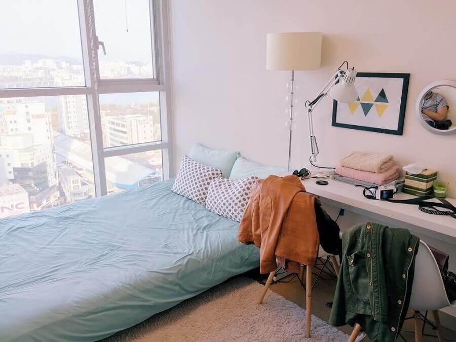 Escrivaninha branca para decoração de quarto de casal simples