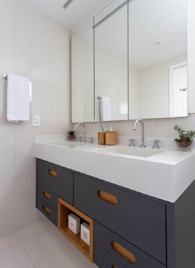 Espelheira grande para banheiro branco decorado com gabiente azul marinho planejado