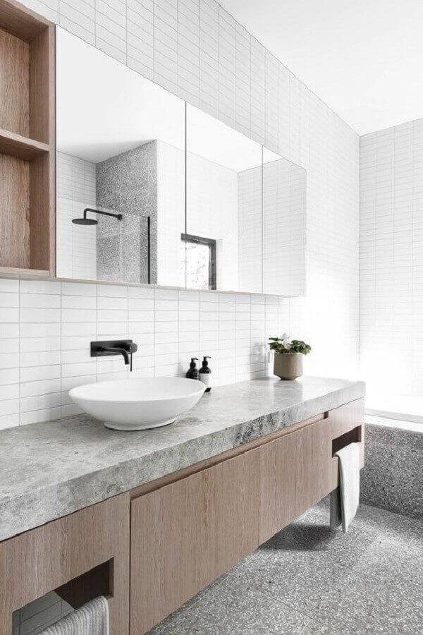 Espelheira grande para banheiro clean decorado com gabinete suspenso de madeira