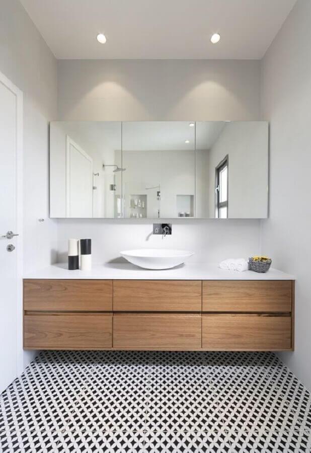 Espelheira grande para banheiro planejado com gabinete suspenso de madeira