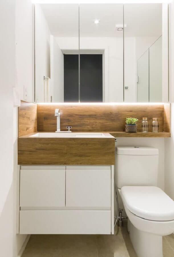 Espelheira para banheiro branco decorado com nicho e bancada de madeira