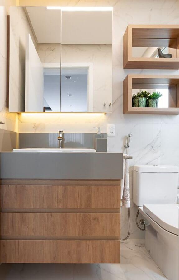 Espelheira para banheiro simples decorado com gabinete e nichos de madeira