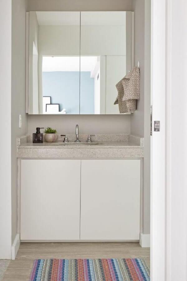 Espelheira para banheiro simples e pequeno decorado em cores claras