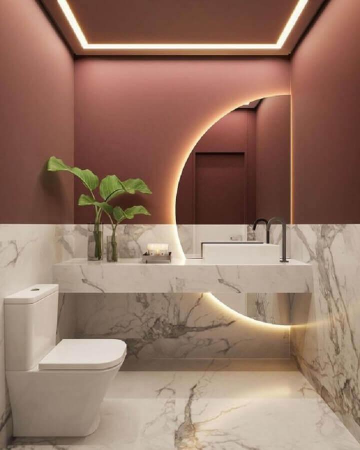 espelho com luz para decoração de banheiro social com revestimento de mármore Foto Behance