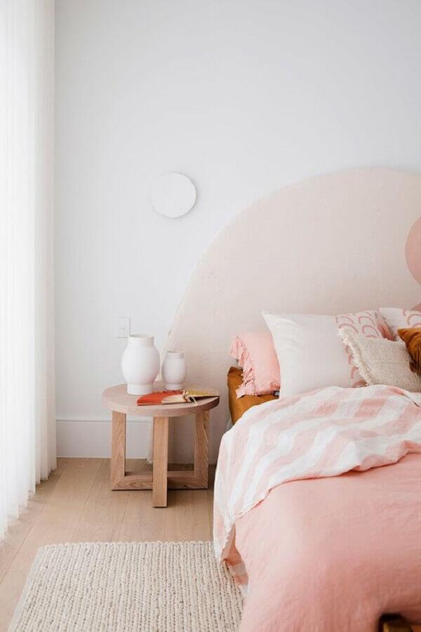 Estilo minimalista para quarto de casal decorado simples em branco e rosa