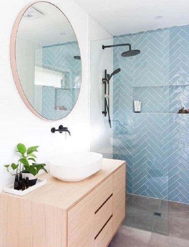 gabinete de madeira clara e revestimento para banheiro azul e branco Foto Micasa Revista