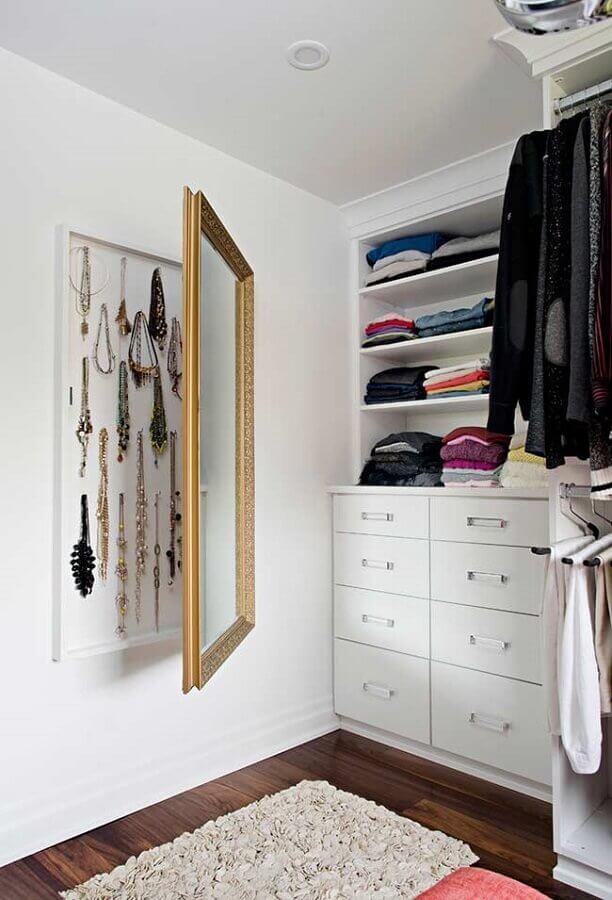 Guarda roupa closet aberto decorado com espelho de parede com armazenamento para bijuterias