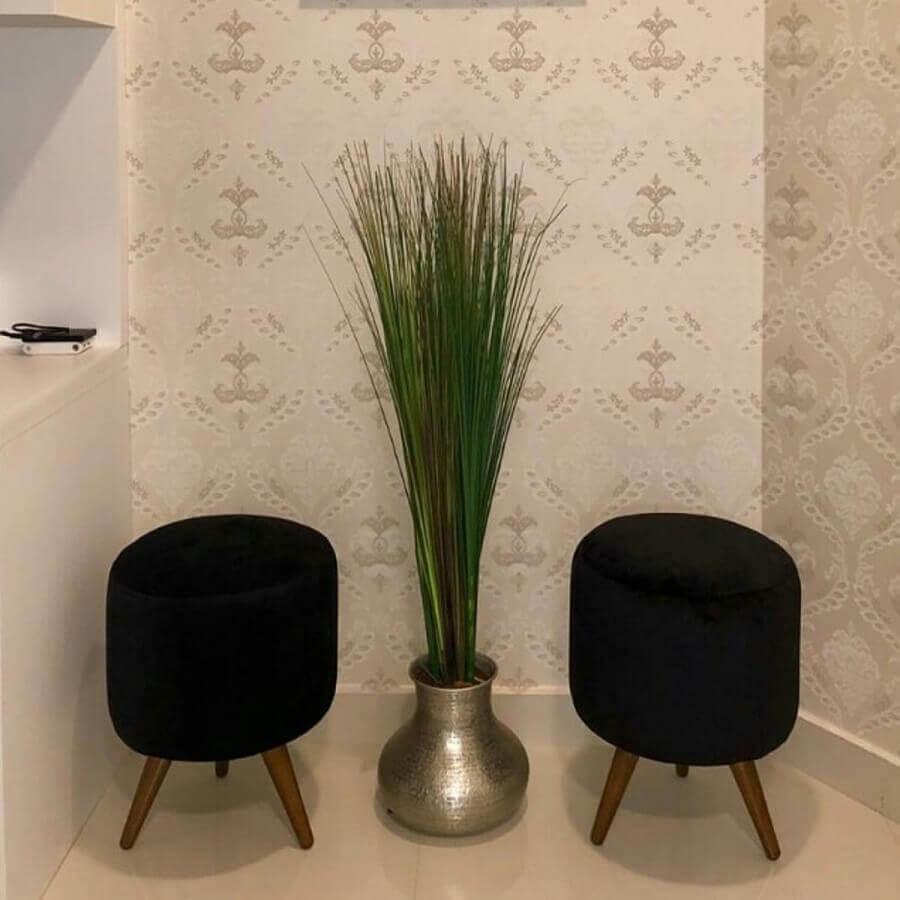 hall decorado com puff banqueta preto e vaso de chão Foto Pinterest