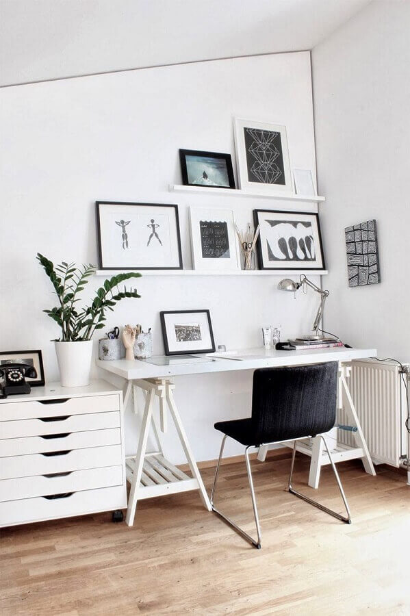 home office simples decorado com cadeira acolchoada preta Foto Pinterest