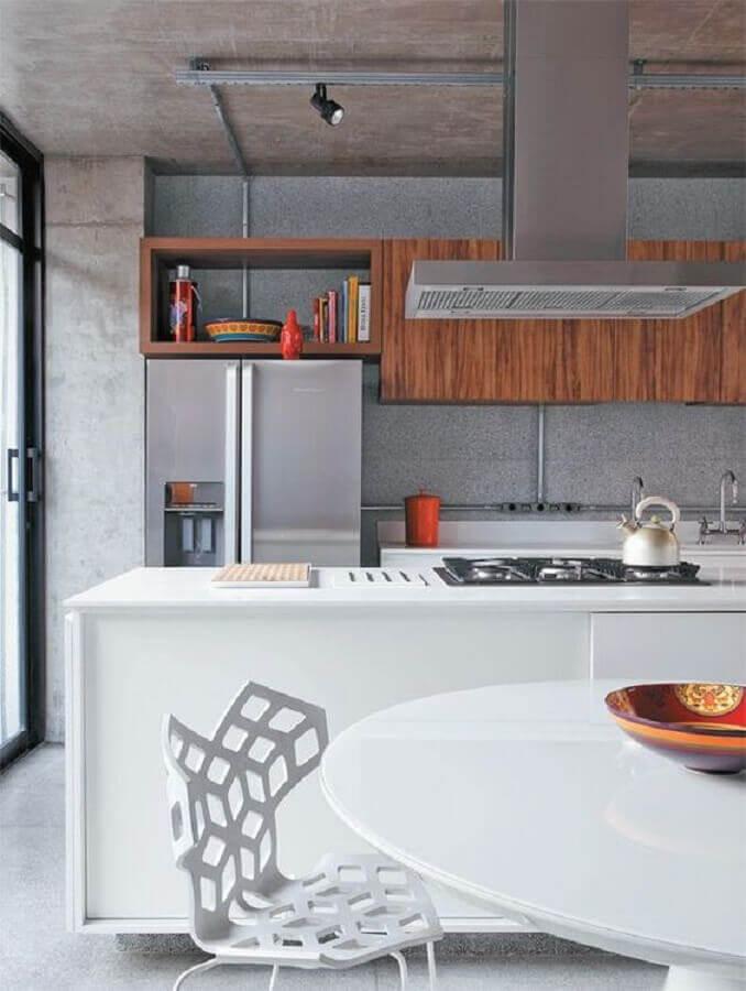 ilha gourmet para cozinha moderna planejada com armários de madeira e cimento queimado Foto Planete Deco
