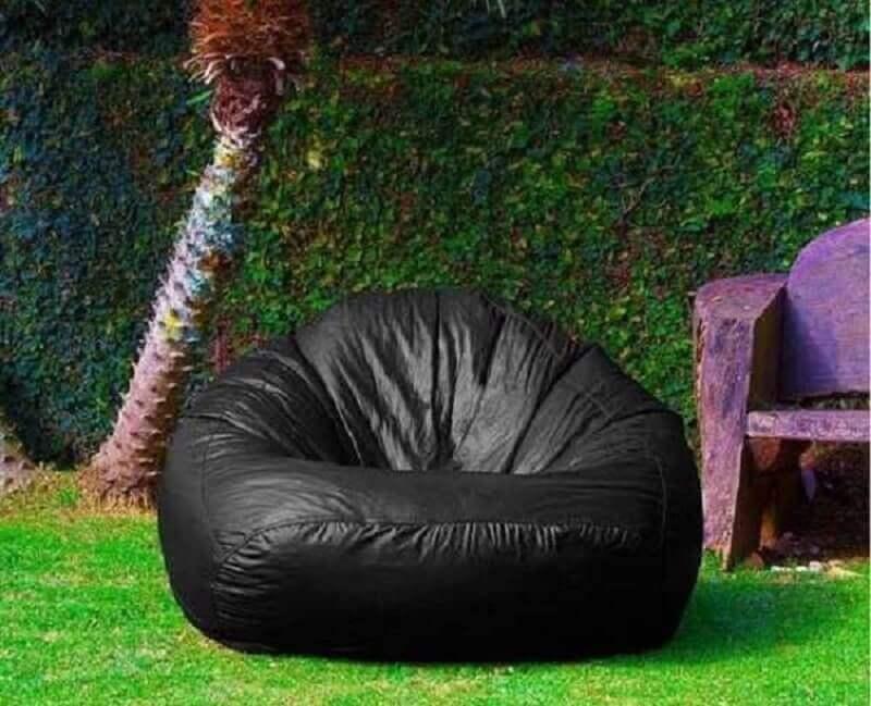 jardim decorado com puff fofão preto  Foto Madeira Madeira