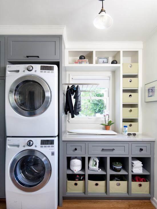 Lavanderia planejada simples com nichos e armários