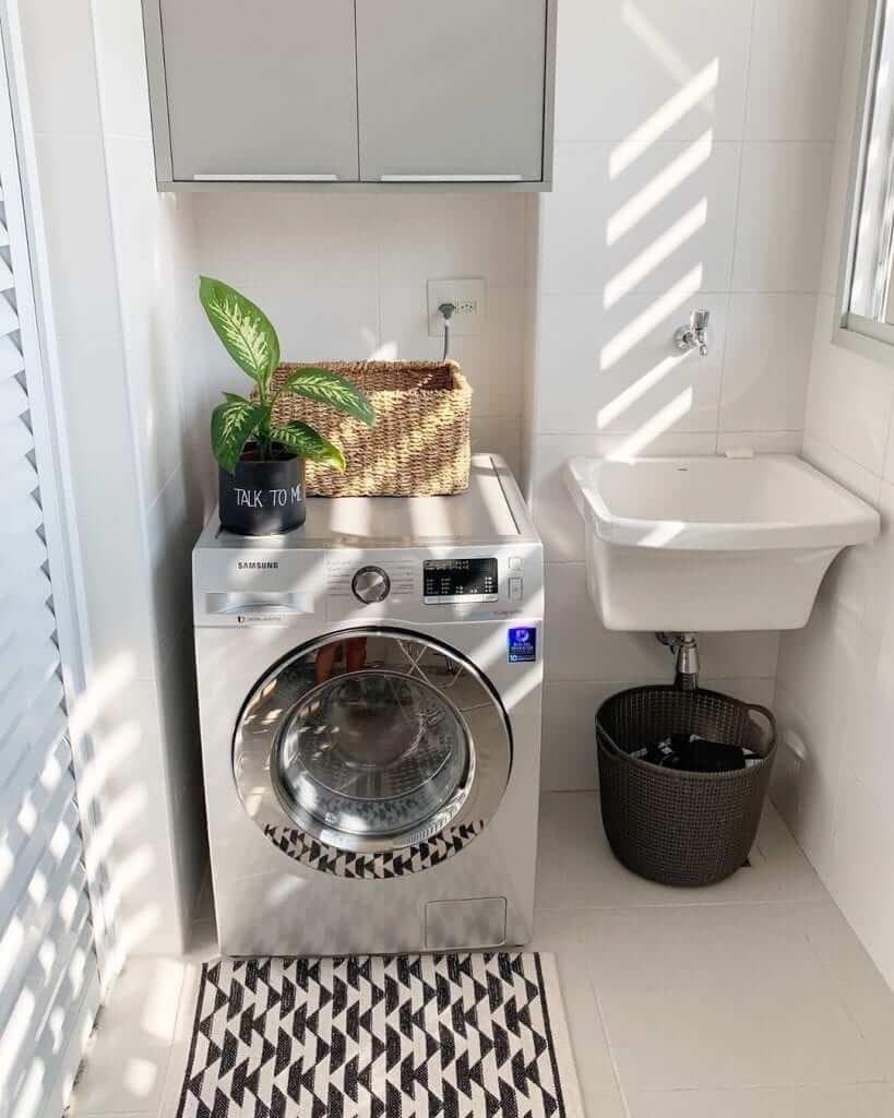 Lavanderia simples e pequena com armário organizado