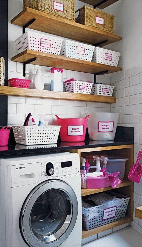 Lavanderia organizada com caixas e nichos