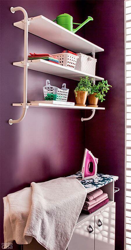 Lavandeira roxa com prateleiras brancas
