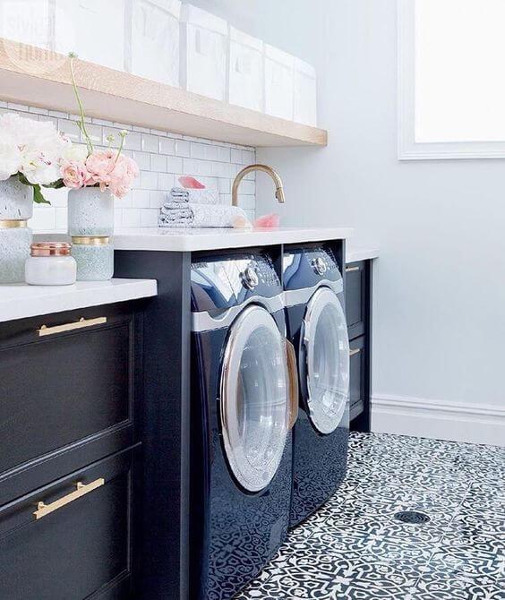 Lavanderia simples com móveis azul marinho