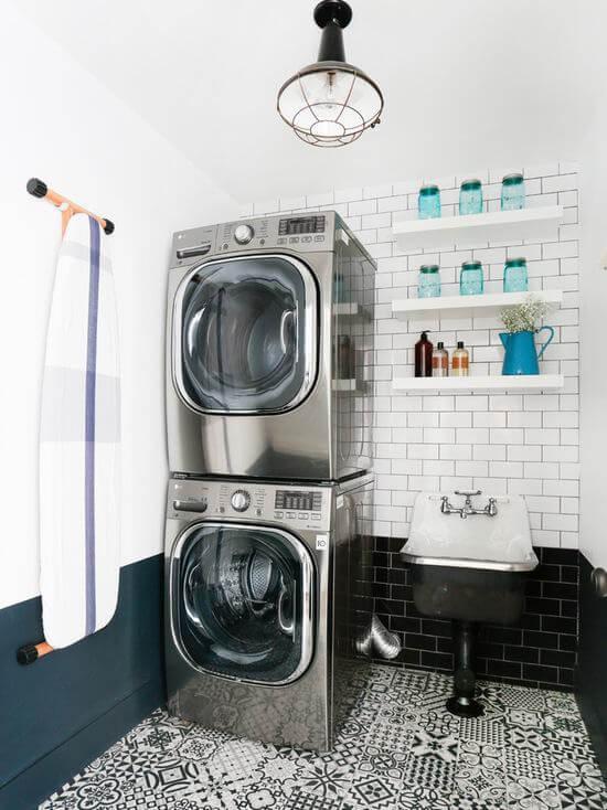 Lavanderia pequena com máquina de lavar e secar