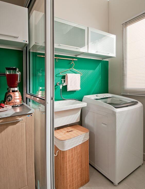 Lavanderia organizada e simples com revestimento verde