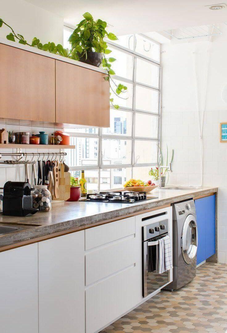 Lavanderia pequena com armários brancos e azuis