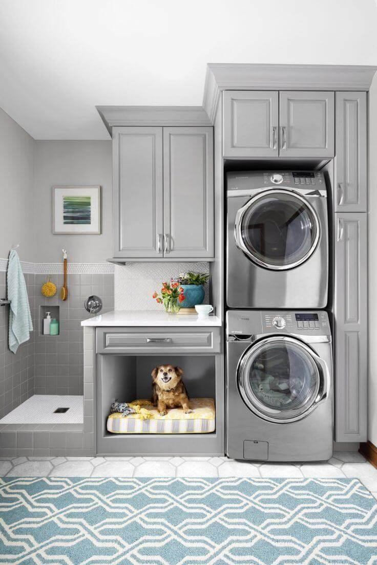 Lavanderia pequena com armários planejados