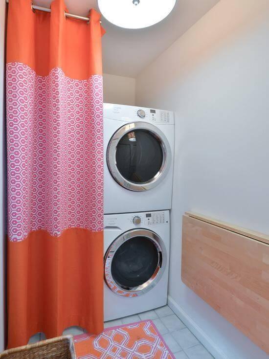 Lavanderia pequena com cortina laranja