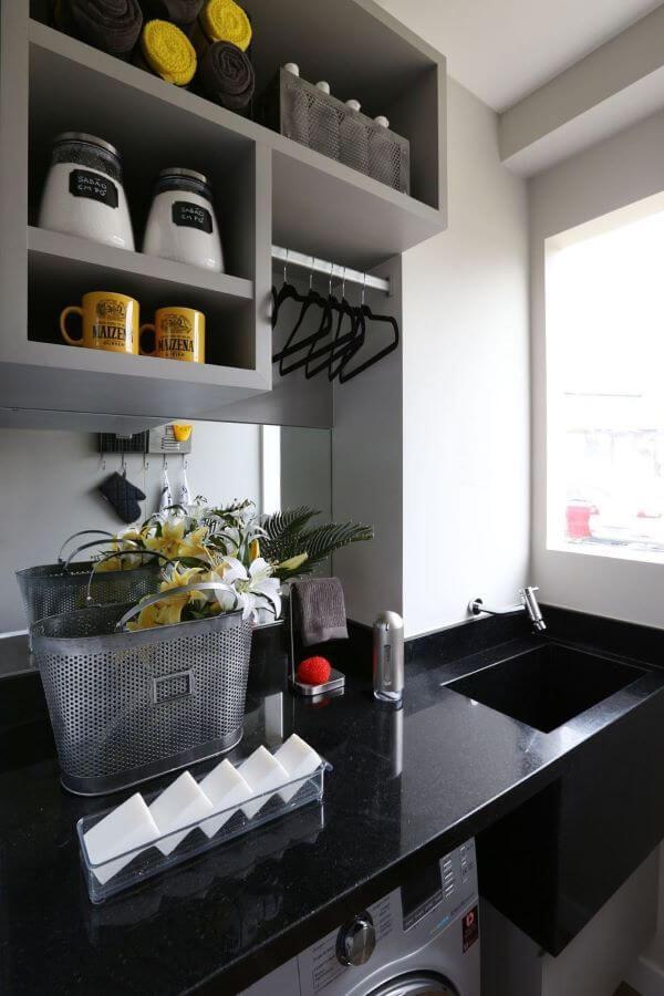 Lavanderia simples e cinza com bancada de granito preto