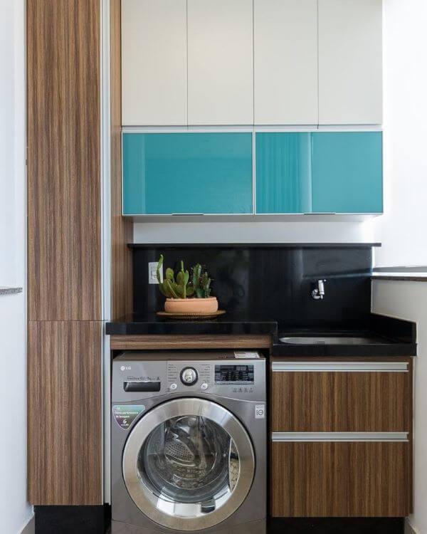 Armário planejado com lavanderia simples