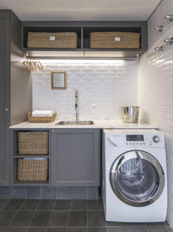 Lavanderia cinza com máquina de lavar