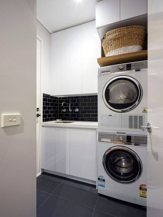 Lavanderia simples com azulejo preto