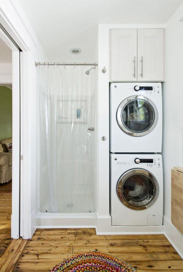 Lavanderia simples com máquina de lavar
