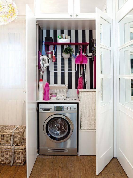 Lavanderia simples e pequena decorada com preto e branco