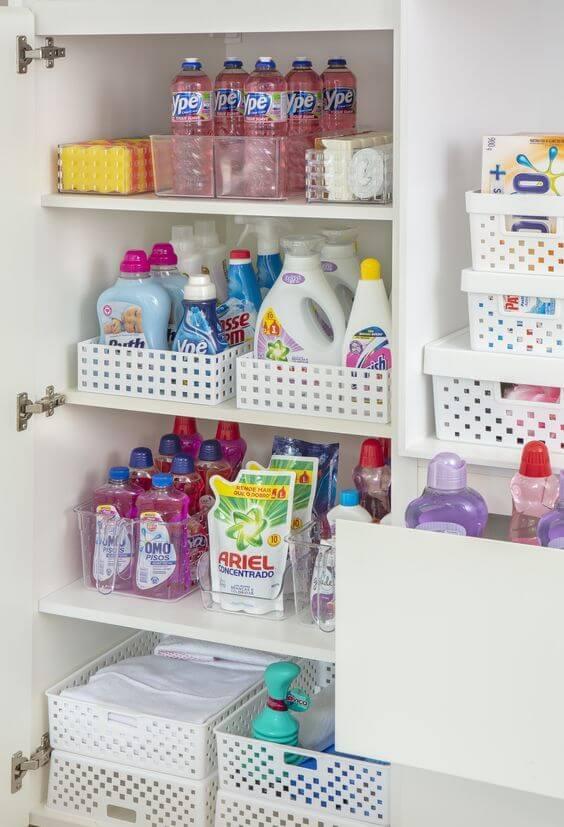 Lavanderia simples e pequena organizada