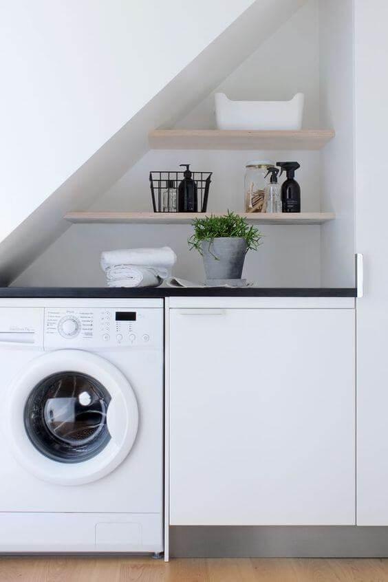 Lavanderia simples e pequena branca