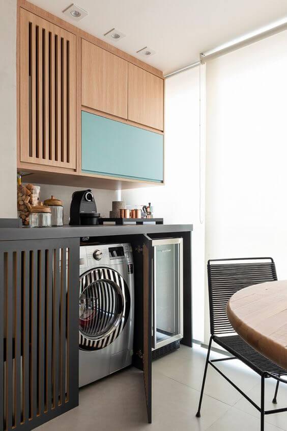 Lavandeira simples dentro do armário planejado