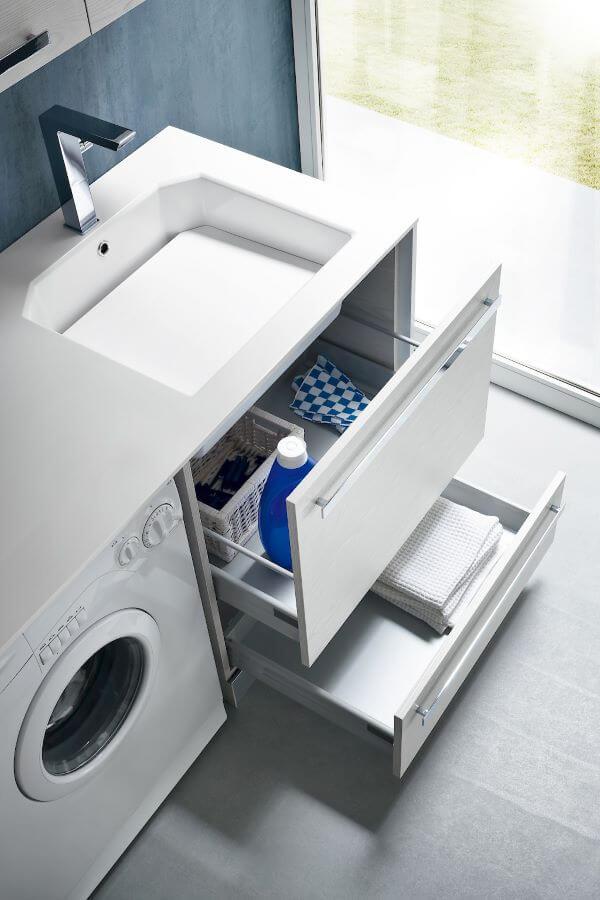 Lavanderia simples organizada com gavetas práticas