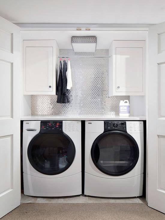 Lavanderia simples com máquina de lavar e secadora