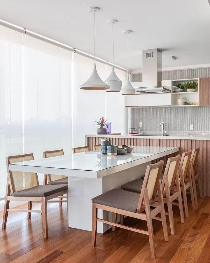 luminária pendente para área gourmet decorada em cores claras e móveis planejados