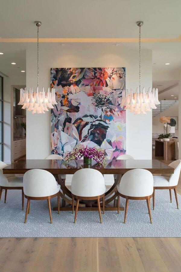 Lustre branco na mesa de jantar grande