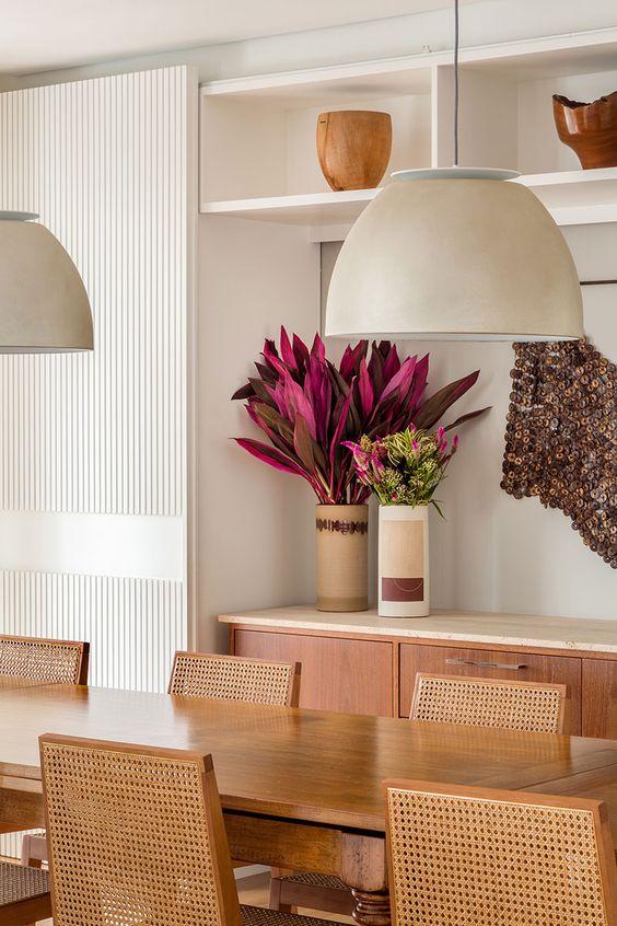 Lustre branco para sala de jantar com mesa de madeira