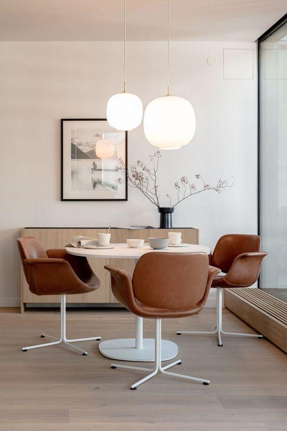 Lustre branco redondo na sala de jantar moderna