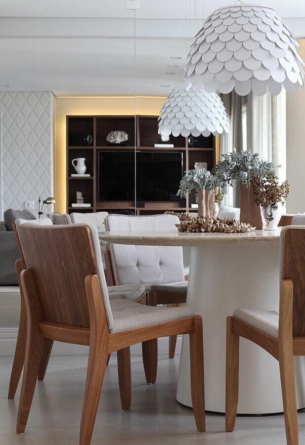 lustre moderno para mesa de jantar redonda decorada com cadeira acolchoada de madeira Foto Otimizi