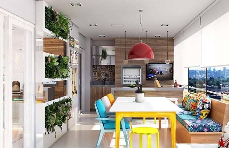Lustre pendente para área gourmet decorada com cadeiras e almofadas coloridas
