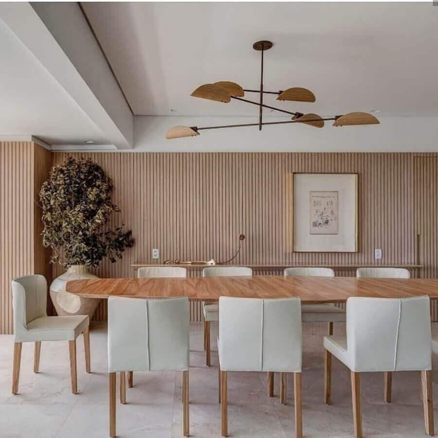 mesa com cadeira acolchoada para decoração de sala de jantar amadeirada  Foto Cristiana Bertolucci Estúdio